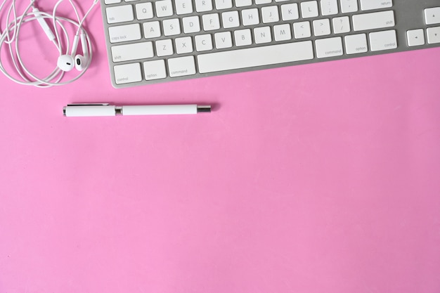 Bureau rose avec ordinateur et espace de copie