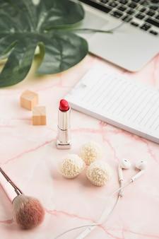 Bureau avec un rouge à lèvres