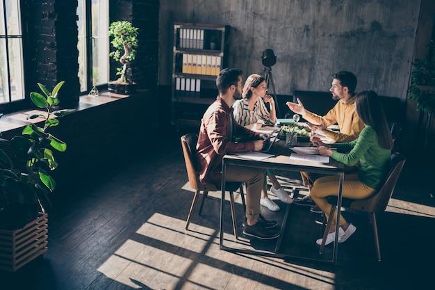 Bureau de table assis professionnel sérieux et sérieux axé sur l'analyse du projet de progrès de l'innovation de développement de démarrage