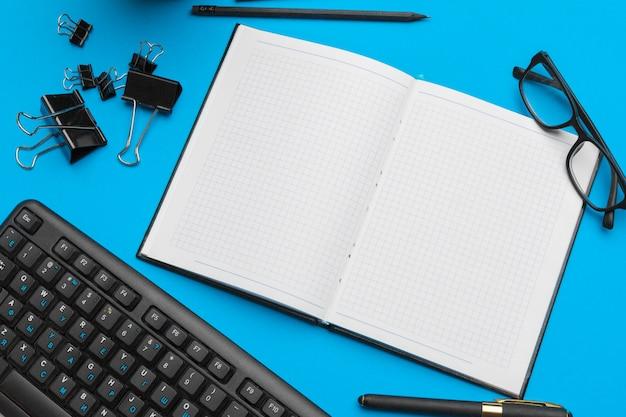 Bureau table bureau avec fournitures, vue de dessus et espace de copie