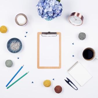 Bureau table bureau. maquette stationnaire sur fond blanc. flat lay. vue de dessus