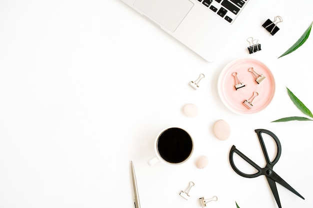 Bureau de table de bureau plat lapointe, vue de dessus. espace de travail avec ordinateur portable, tasse à café, ciseaux et clips sur fond blanc.