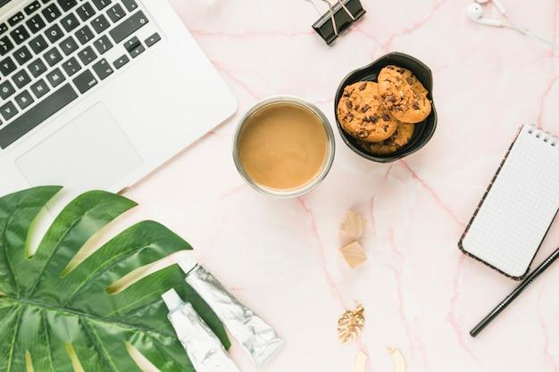 Bureau avec une tasse de café et des biscuits