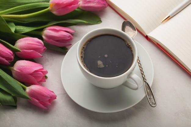 Bureau de travail de femme avec une tasse de café.