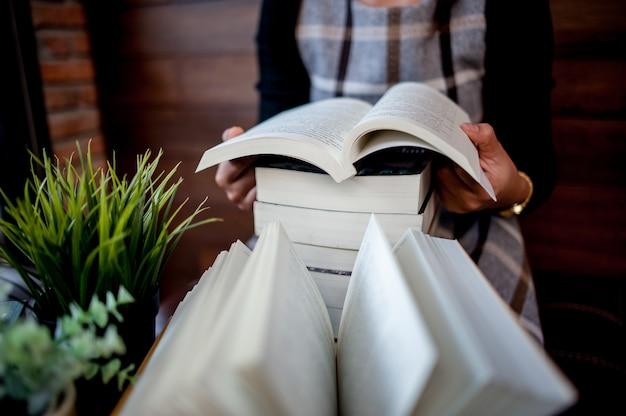 Bureau de travail avec livre, coin lecture et coin travail
