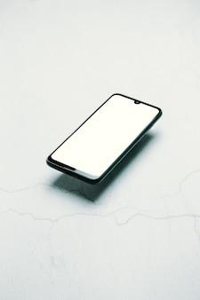 Bureau de travail en marbre propre et stylisé avec téléphone intelligent, ordinateur portable, lunettes et tasse à café, conception de l'espace de travail, maquette, vue de dessus, mise à plat, espace de copie, gros plan