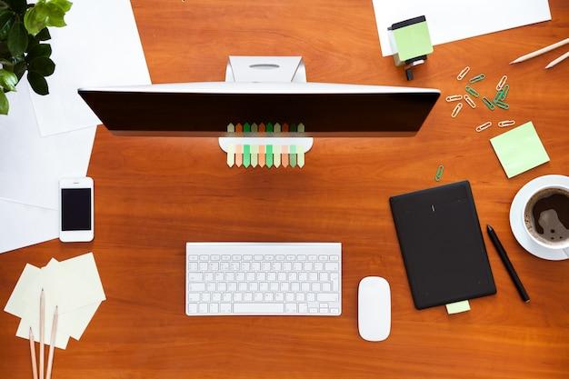 Bureau de travail avec ordinateur et fournitures de bureau moderne