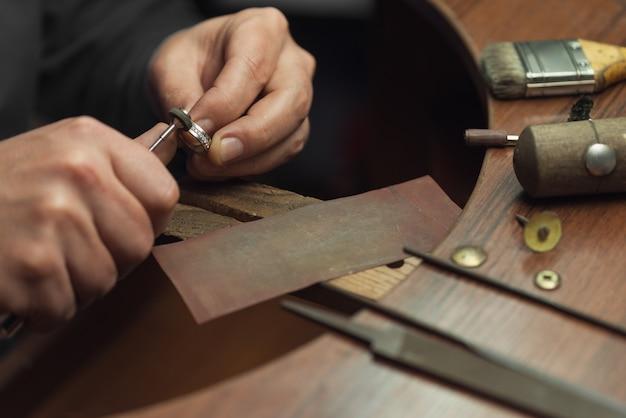 Bureau de travail pour la fabrication de bijoux artisanaux avec des outils professionnels maître de bijoux polissage manuel ...