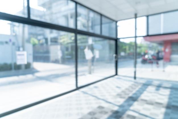 Bureau vide flou abstrait avec fenêtre en verre et lumière du soleil