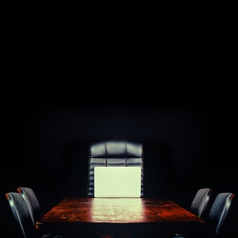 Bureau vide sur une surface noire