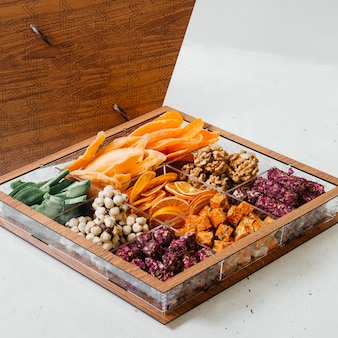 Un bureau avec vue sur les confiseries de fruits secs et bonbons sucrés sur le bureau en bois composition de couleur de confiserie sucrée