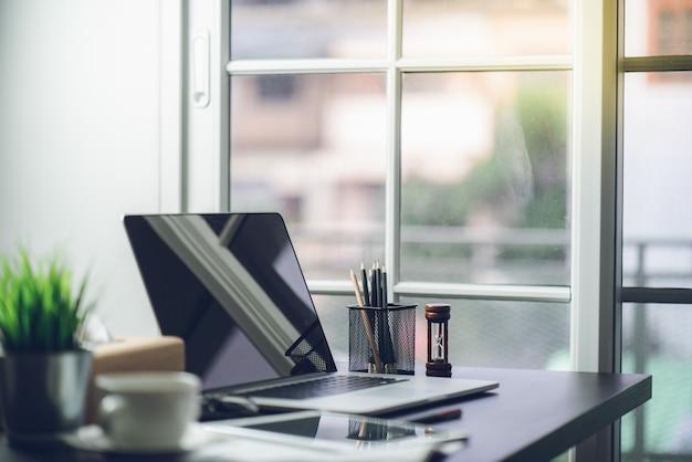 Bureau vue de dessus de la table de travail au bureau
