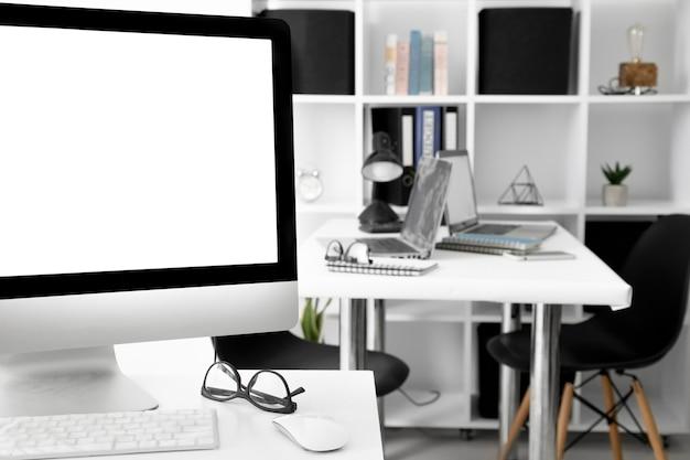 Bureaux de bureau avec écran d'ordinateur et ordinateur portable