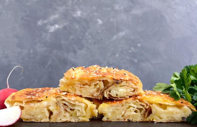 Burek turkish pie. tarte feuilletée au lavash avec fromage et graines de sésame