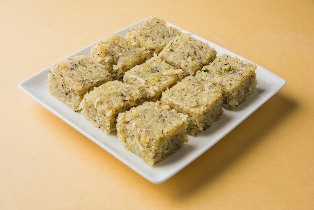 Burfi doux à la noix de coco ou nariyal barfi, bonbon populaire indien composé de noix de coco, de lait et de sucre