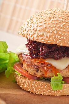 Burger américain au poulet et bacon, sauce barbecue maison