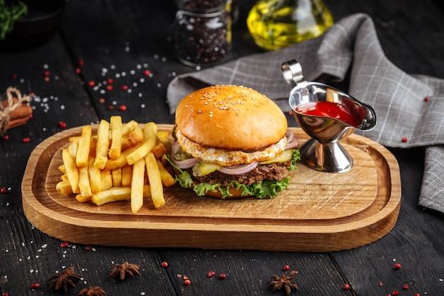 Burger américain classique avec frites et ketchup