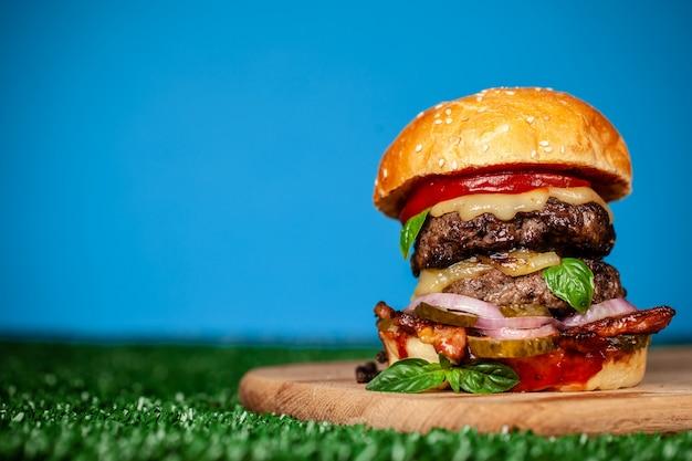 Burger américain à la maison avec deux côtelettes juteuses.