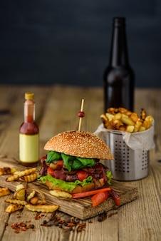 Burger américain et pommes de terre françaises