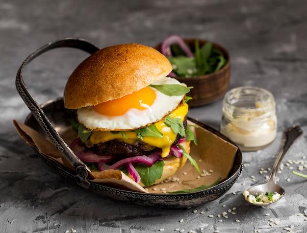 Burger à angle élevé avec œuf au plat