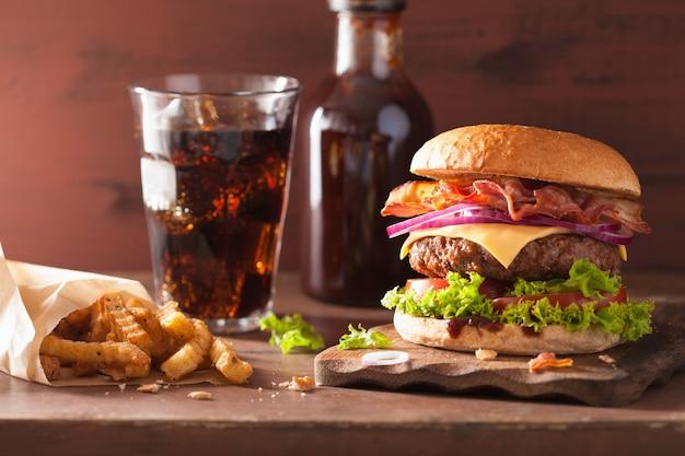Burger au bacon et au bœuf, tomate et cola à l'oignon et au cola