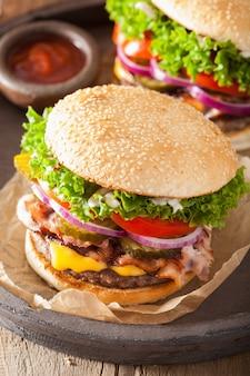 Burger au bacon et aux cornichons, tomate et oignon