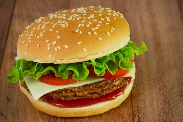 Burger au fromage et laitue