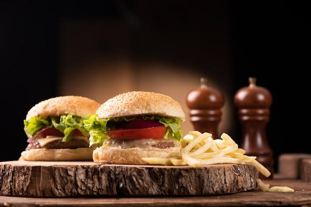 Burger au fromage se bouchent