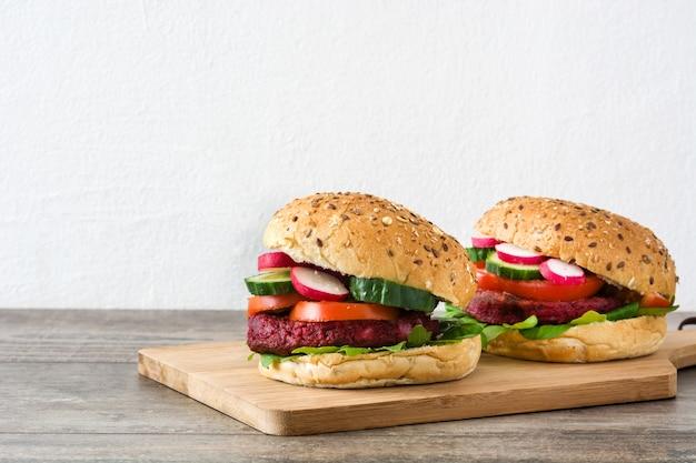 Burger de betteraves végétariennes avec laitue d'agneau, tomate, radis et concombre sur table en bois rustique