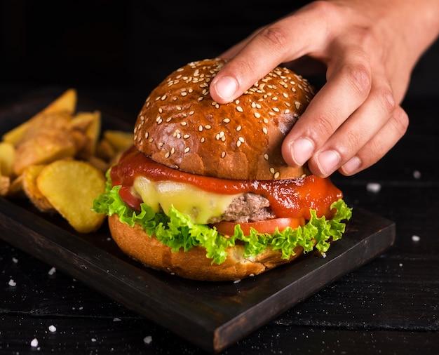 Burger de bœuf délicieux prêt à être servi