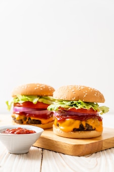 Burger de bœuf frais avec du fromage et du ketchup