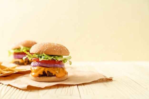 Burger de bœuf frais avec du fromage et des frites