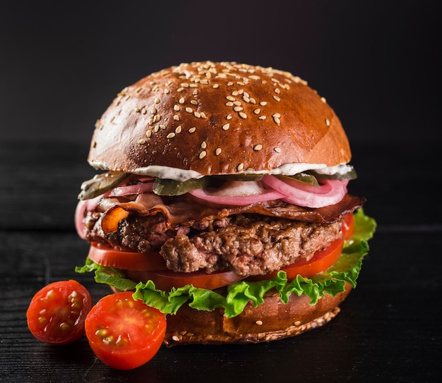 Burger de boeuf avec laitue et tomates cerises