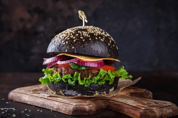 Burger de boeuf avec un petit pain noir