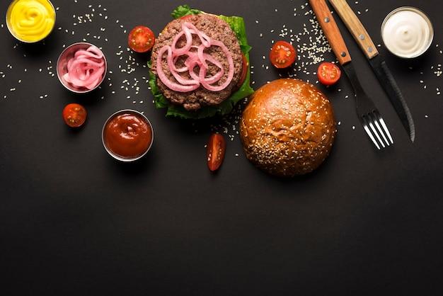 Burger de bœuf vue de dessus prêt à être servi