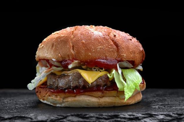 Burger, cheeseburger, hamburger avec escalope de viande, fromage, laitue et tomate