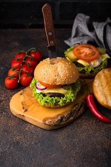 Burger et cheeseburger à la tomate