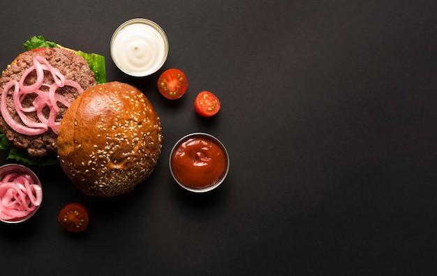 Burger classique vue de dessus avec ketchup et mayo