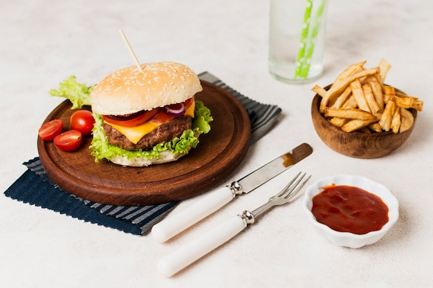 Burger avec des couverts et des frites