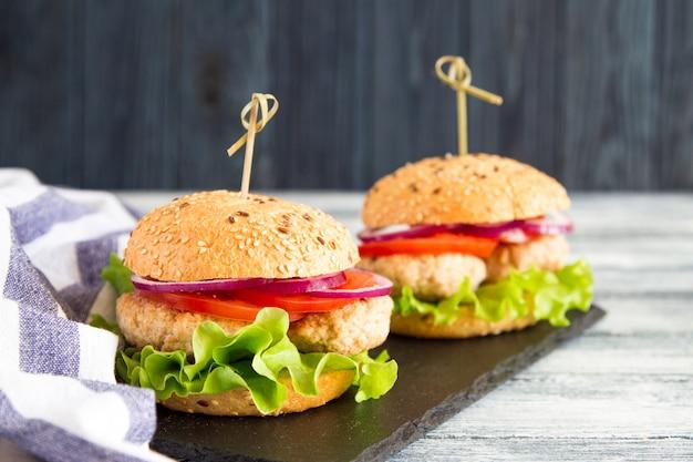 Burger de dinde en bonne santé fait maison avec de la laitue et des tomates. mise au point sélective