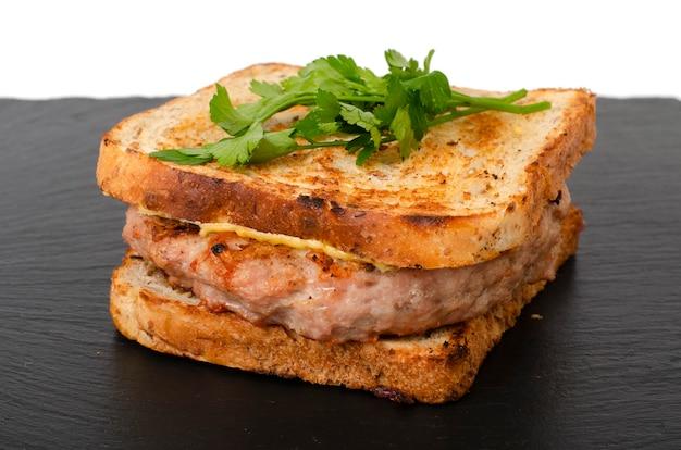 Burger avec escalope de boeuf et pain grillé grillé.