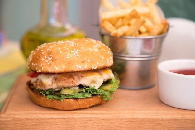 Burger avec escalope de poulet et frites
