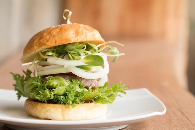 Burger fait maison sur la table en bois
