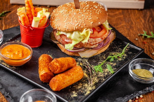 Burger frais à base de galettes de soja, avec légumes et salade, croustillant de pommes de terre et légumes frais.