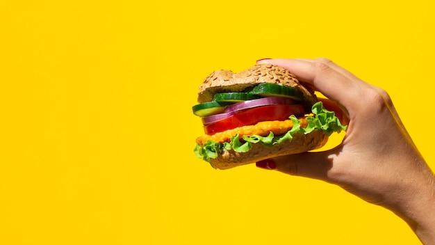 Burger frais délicieux avec de la viande et des légumes et espace de copie