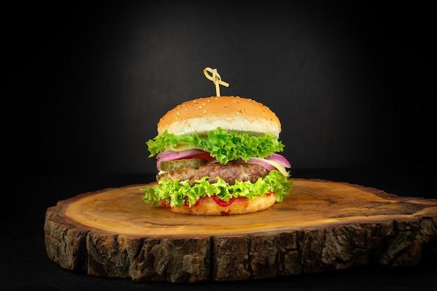 Burger frais fait maison sur une petite planche à découper en bois