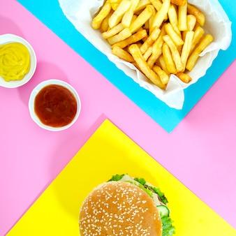 Burger avec des frites avec du ketchup et de la moutarde