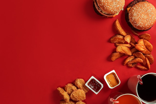 Burger et frites hamburger et frites en boîte de papier rouge restauration rapide sur fond rouge