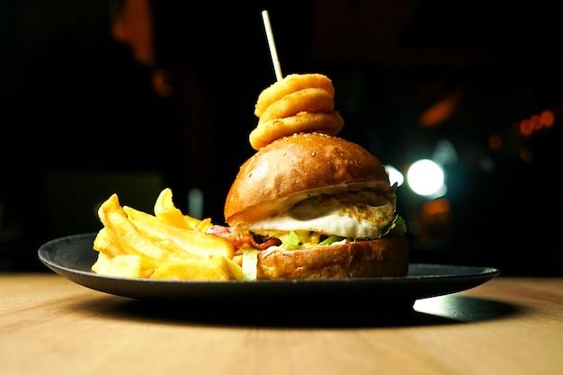 Burger et frites sur une table de restaurant