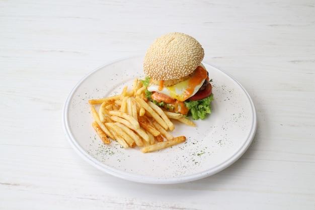 Burger avec des frites